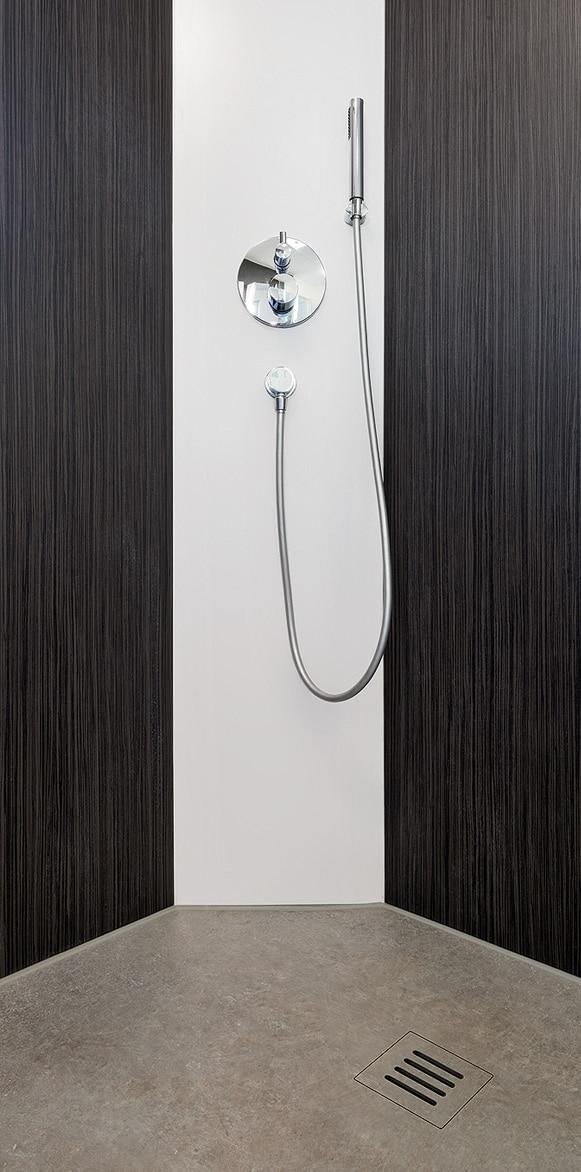 bodenebene Dusche mit Armatur 5 eckig