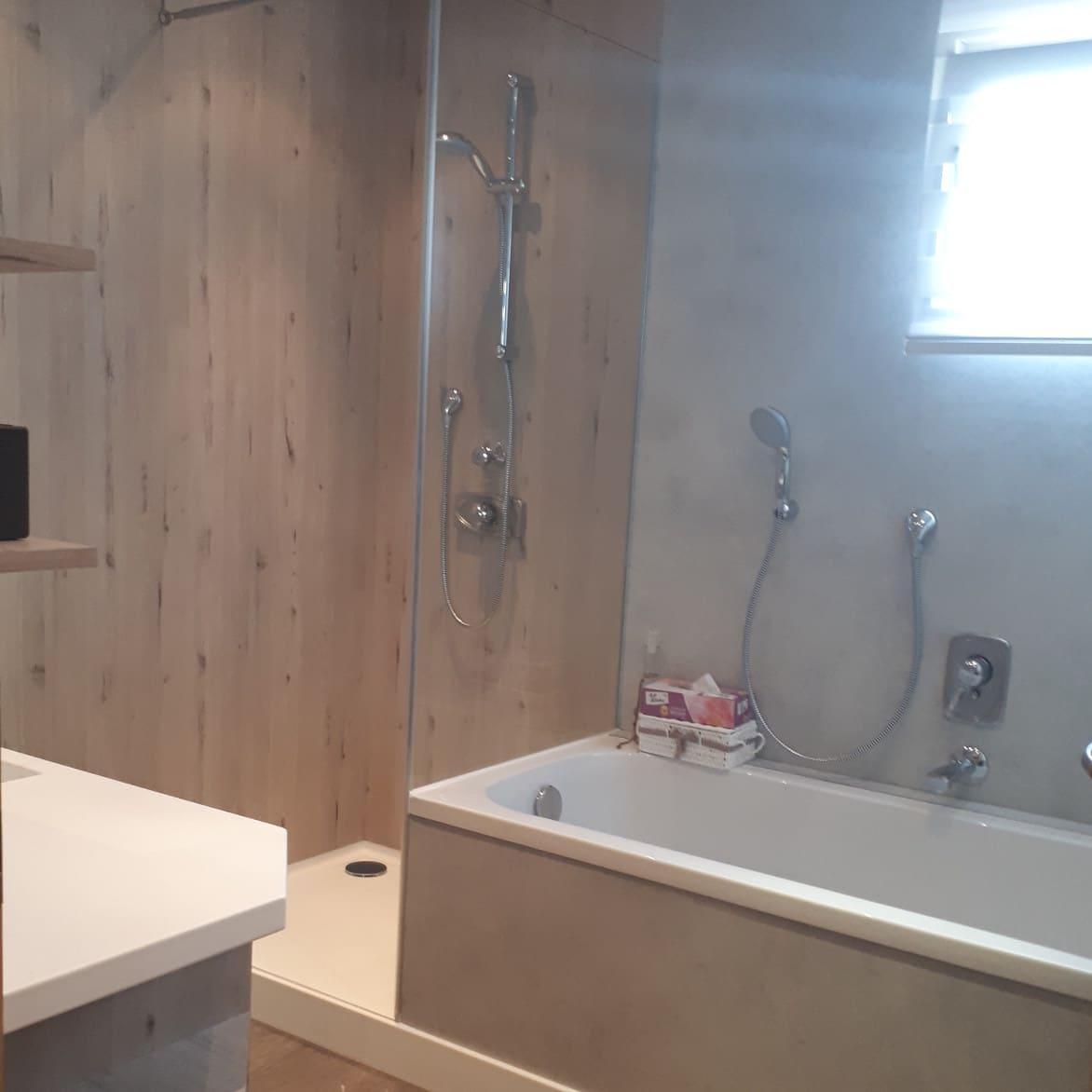 Bad renovieren mit Wandpaneel und fugenlosem Anschluß zur Duschtasse