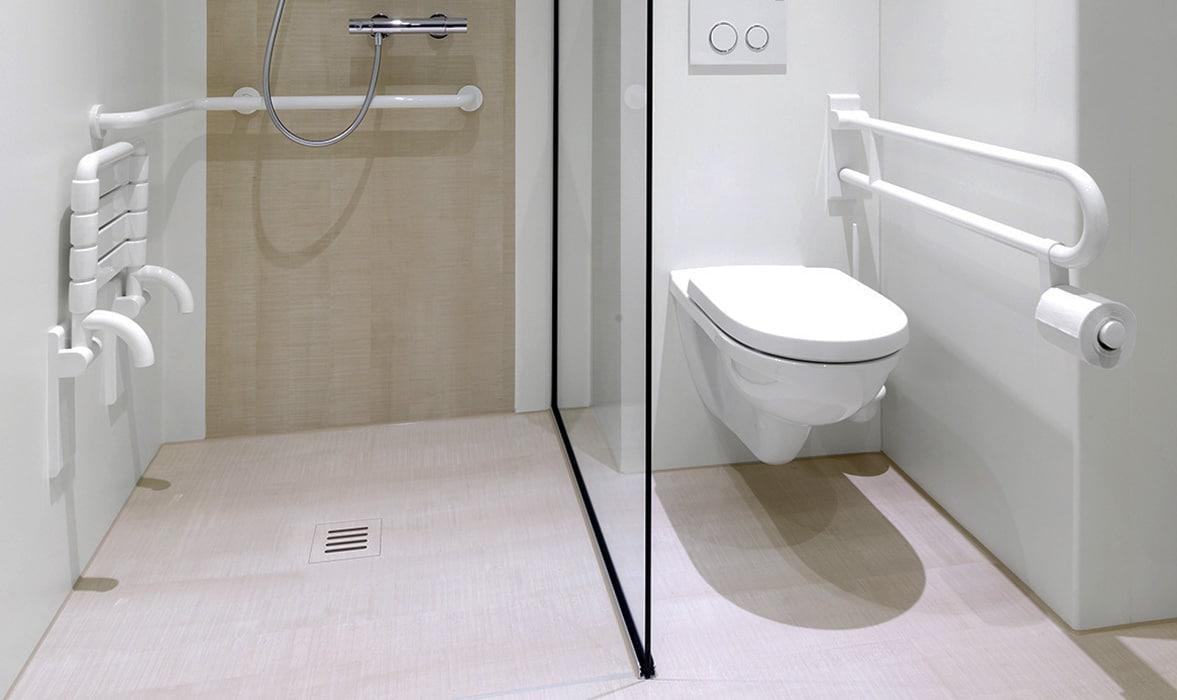 Barrierefreie Dusche mit Sitz und WC mit Stützgriffen