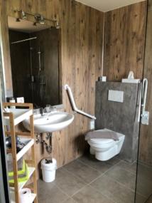 nachher Hänge-WC mit Wandverkeidung