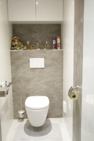 nachher WC mit 2 färbiger Wandverkeidung