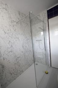 nachher Dusche mit Marmordekor Wandverkleidung
