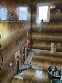 vorher Bad mit alten Leitungen