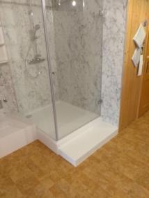 nachher Dusche mit Treppe und Erhöhung für Waschmaschine