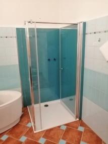 nachher Dusche mit Wandverkleidung aus Glas in Ral Farbe