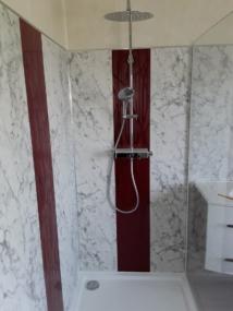 nachher Dusche Marmor mit roten Streifen